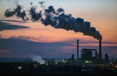 Завод компании Kronospan в городе Лампертсвальде на востоке Германии. 8 декабря 2014 года. Правительство Германии в среду повысило прогнозы экономического роста до 1,8 процента в этом и следующем годах, так как экономика страны растет благодаря высокому частному потреблению, обусловленному растущей занятостью, увеличением зарплат и дешевой нефтью. REUTERS/Hannibal Hanschke
