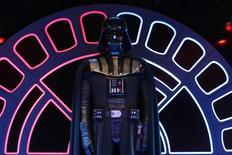 Roupa do personagem Darth Vader em exposição na França.   13/02/2015   REUTERS/Benoit Tessier