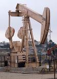 Una unidad de bombeo de crudo en Los Angeles, mayo 6 2008. Los inventarios de crudo en Estados Unidos subieron casi el doble la semana pasada debido al recorte estacional en la producción de refinerías, mientras que los de gasolina cayeron inesperadamente y los de destilados aumentaron, mostraron datos oficiales el miércoles.  REUTERS/Hector Mata