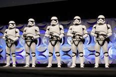 """En la imagen, varios soldados imperiales durante la convención de Star Wars en Anaheim, California, el 16 de abril de 2015. Darth Vader, el villano enmascarado del universo de ciencia ficción de """"La guerra de las galaxias"""", tiene una réplica de oro. REUTERS/David McNew"""