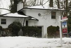 Una vivienda a la venta en Silver Spring, EEUU, feb 21 2014. Las ventas de casas usadas en Estados Unidos subieron en marzo y alcanzaron su nivel más alto en 18 meses debido a que más viviendas entraron al mercado, en una señal de fortaleza en el sector antes de la temporada de ventas de la primavera boreal. REUTERS/Gary Cameron