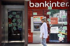 Les banques espagnoles Caixabank et Bankinter ont publié des résultats du premier trimestre encourageants, grâce à des acquisitions et à l'amélioration de la conjoncture économique locale, mais un crédit peu dynamique laisse penser qu'elles rencontrent encore des obstacles. /Photo d'archives/REUTERS/Gustau Nacarino