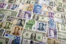 Банкноты доллара США, евро, британского фунта, японской иены, швейцарского франка, китайского юаня и российского рубля. Варшава, 26 января 2011 года. Золотовалютные резервы РФ упали за неделю с 10 по 17 апреля на $3,6 миллиарда до $350,5 миллиарда, следует из данных Банка России. REUTERS/Kacper Pempel