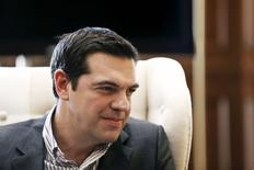 El primer ministro griego, Alexis Tsipras, en una reunión en Atenas, abr 21 2015. Grecia está considerando pedir al Mecanismo Europeo de Estabilidad Financiera (MEEF) que compre bonos de su Gobierno que están en poder del Banco Central Europeo para pagar vencimientos de deuda este verano boreal, publicó el jueves el diario Kathimerini. REUTERS/Alkis Konstantinidis