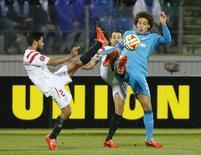Witsel, do Zenit (D), disputa lance com jogadores do Sevilla Vitolo (C) e Tremoulinas, pela Liga Europa.    REUTERS/Maxim Shemetov