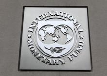 Логотип МВФ  на здании фонда в Вашингтоне 18 апреля 2013 года. Украина ожидает 29 мая приезда миссии Международного валютного фонда, по итогам переговоров с которой Киев рассчитывает получить второй транш в рамках четырехлетней программы сотрудничества, сказал премьер-министр Арсений Яценюк. REUTERS/Yuri Gripas