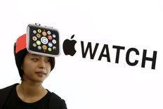 Девушка в шапке, напоминающей Apple Watch, в магазине электроники в Токио  24 апреля 2015 года. Мировой запуск Apple Watch от Apple Inc в Токио обошелся без ставших традиционным для новых продуктов технологического гиганта очередей и бурных восторгов обладателей первого наручного гаджета компании. REUTERS/Thomas Peter