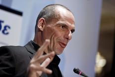 En la foto, el ministro de Finanzas griego, Yanis Varoufakis, durante una conferencia bancaria en Atenas el abril 21 de 2015. La zona euro y Grecia podrían alcanzar un acuerdo más rápido si los acreedores aceptaran desembolsos parciales a cambio de una lista más corta de reformas, dijo en conferencia de prensa el ministro de Finanzas griego Yanis Varoufakis en Riga. REUTERS/Alkis Konstantinidis