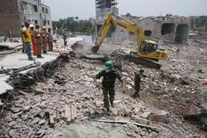 Rescue workers attempt to find survivors from the rubble of the collapsed Rana Plaza building in Savar, around 30 km (19 miles) outside Dhaka May 4, 2013. REUTERS/Andrew Biraj