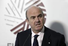 El ministro de Economía español De Guindos habla en una rueda de prensa después de una reunión con sus colegas europeos en Riga, Latvia, abril 25 del 2015. REUTERS/Ints Kalnins