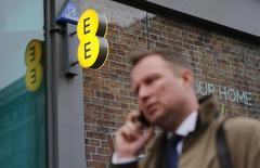"""EE, le premier opérateur de téléphonie mobile au Royaume-Uni, a fait état lundi de 1,7 million de nouveaux clients 4G au premier trimestre et dit être """"bien parti"""" pour atteindre son objectif de 14 millions d'abonnés en fin d'année. /Photo prise le 26 novembre 2014/REUTERS/Suzanne Plunkett"""
