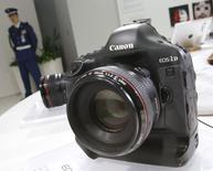 Canon, premier fabricant mondial d'appareils photo, a annoncé lundi un bénéfice net en baisse de 28,7% au premier trimestre, inférieur aux attentes des analystes, du fait de la contraction du marché des appareils photo numériques compacts qui devrait se poursuivre tout au long de l'année. /Photo prise le 27 avril 2015/REUTERS/Toru Hanai