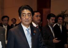 En la imagen, el primer ministro de Japón, Shinzo Abe, en Yakarta el 22 de abril de 2015. Fitch Ratings rebajó la calificación crediticia de Japón, después de que el Gobierno se abstuvo de adoptar nuevas medidas en su presupuesto del actual año fiscal para compensar una demora en la aplicación de un alza al impuesto a las ventas, dijo el lunes la agencia. REUTERS/Beawiharta