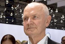 En la imagen, Ferdinand Piech llega a una reunión anual de accionistas en Hanover. 25 de abril, 2013. Los inversores esperan que Volkswagen sea capaz de revivir su rentabilidad en su división principal, enmendar su bajo desempeño en el extranjero y enterrar longevos planes de adquisiciones tras la renuncia del presidente, Ferdinand Piech. REUTERS/Fabian Bimmer/Files