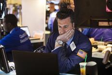 Wall Street a terminé en baisse dans le sillage des valeurs biotechnologiques lundi. Le Dow Jones a cédé 0,23% à 18.039,24 points, des chiffres susceptibles de varier encore légèrement. /Photo prise le 27 avril 2015/REUTERS/Lucas Jackson