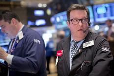 Трейдеры на торгах Нью-Йоркской фондовой биржи 17 апреля 2015 года. Фондовые рынки США снизились в понедельник за счет падения акций биотехнологических компаний. REUTERS/Brendan McDermid