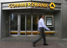 Les nouvelles actions proposées dans le cadre de l'augmentation de capital annoncée lundi par Commerzbank ont été vendues à un prix de 12,10 euros la pièce, ce qui représente une décote de 6,3% par rapport au cours du clôture de la veille. /Photo prise le 12 février 2015/REUTERS/Ralph Orlowski