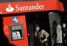 Люди у отделения Santander в Мадриде 27 января 2009 года. Испанский Santander, крупнейший банк еврозоны, увеличил чистую прибыль на 32 процента в первом квартале благодаря бизнесу в Великобритании и Бразилии. REUTERS/Susana Vera