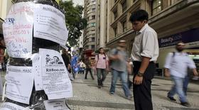 En la imagen, un hombre observa una lista de puestos de trabajo publicados en un poste en el centro de Sao Paulo, 19 de marzo, 2015. La tasa de desempleo de Brasil sin ajuste por estacionalidad subió en marzo al 6,2 por ciento, como se preveía, alcanzando su nivel más alto en tres años, dijo el martes la agencia de estadística IBGE. REUTERS/Paulo Whitaker