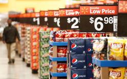 La confiance du consommateur américain s'est, contre toute attente, sensiblement dégradée en avril. L'indice la mesurant est ressorti à 95,2 en avril contre 101,4 en mars. /Photo d'archives/REUTERS/John Gress