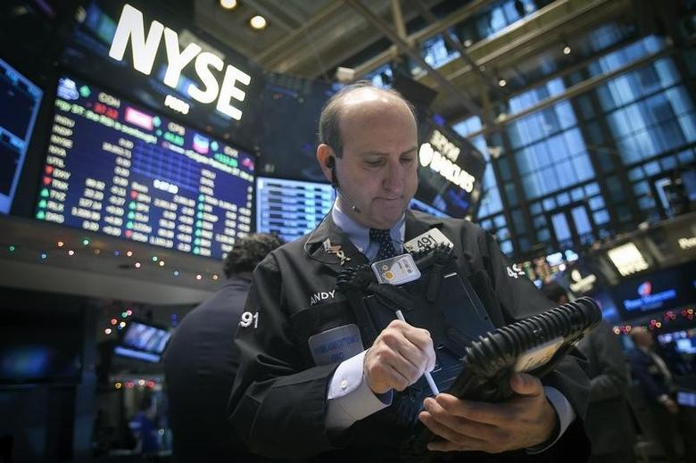 Traders work on the floor of the New York Stock Exchange (NYSE) in New York December 29, 2014.   REUTERS/Carlo Allegri