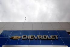 Una sucursal cerrada de Chevrolet en Caracas, ene 30 2015. La unidad venezolana de General Motors despidió a 446 trabajadores de su planta de ensamblaje en el centro del país, alegando una dramática caída de su producción por la falta de partes para armar vehículos, dijo el martes un líder sindical.  REUTERS/Carlos Garcia Rawlins