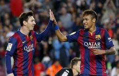Lionel Messi (esquerda) e Neymar, do Barcelona, comemoram gol de Xavi Hernandez contra o Getafe durante jogo no Camp Nou, em Barcelona, na Espanha, nesta terça-feira. 28/04/2015 REUTERS/Gustau Nacarino