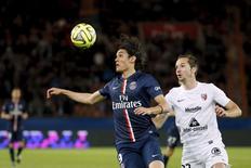 Edinson Cavani (esquerda), do Paris St Germain, em disputa de volta com Kevin Lejeune, do Metz, em Paris, nesta terça-feira. 28/04/2015 REUTERS/Gonzalo Fuentes