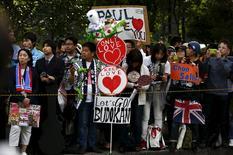 Fãs aguardam chegada de Paul McCartney antes de show em Tóquio. 28/04/2015.   REUTERS/Thomas Peter
