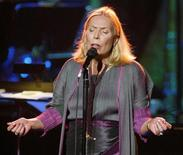 Cantora Joni Mitchell durante show em Los Angeles. 14/11/2002. REUTERS/Fred Prouser