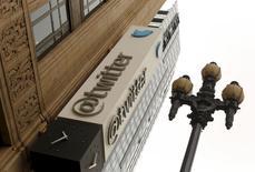 L'action Twitter a chuté à Wall Street mardi après la révision à la baisse par le réseau social de sa prévision de chiffre d'affaires annuel. /Photo d'archives/REUTERS/Robert Galbraith