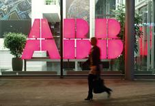 Le groupe industriel suisse ABB a annoncé mercredi un bénéfice opérationnel en baisse de 9% au titre du premier trimestre, sous le coup de taux de change défavorables. /Photo d'archives/REUTERS/Arnd Wiegmann