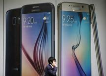 Человек проходит мимо рекламы телефона Galaxy S6 компании Samsung Electronics в Сеуле 28 апреля 2015 года. Samsung Electronics Co Ltd в среду сообщил, что ожидает роста прибыли во втором квартале после того, как отчитался о самой высокой прибыли за последние три квартала. REUTERS/Kim Hong-Ji