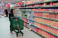 En la imagen, una persona realizando compras en un supermercado en Roma, ene 13 2012. La confianza económica en la zona euro se debilitó levemente en abril, pero el sector de servicios fue más saludable y la confianza empresarial general mejoró.  REUTERS/Max Rossi