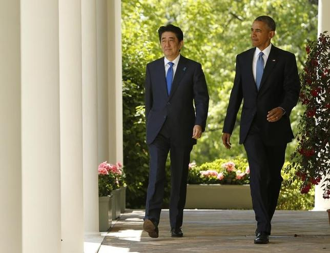 U.S. President Barack Obama (R) and Japanese Prime Minister Shinzo Abe arrive for a joint news conference in the Rose Garden of the White House in Washington, April 28, 2015.  REUTERS/Jonathan Ernst