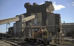 Un tren de carga pasa junto a una acería en Concepción, Chile, dic 5 2014. La producción de manufacturas en Chile cayó inesperadamente en marzo y acumuló una baja interanual del 0,7 por ciento en el primer trimestre, en una nueva señal de presión sobre la tenue reactivación de la actividad económica. REUTERS/Jose Luis Saavedra