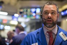 Un operador en la bolsa de Wall Street en Nueva York, abr 20 2015. Las acciones bajaban el miércoles en la Bolsa de Nueva York, luego de que un dato mostrara que el crecimiento económico de Estados Unidos se desaceleró más bruscamente de lo esperado en el primer trimestre. REUTERS/Brendan McDermid