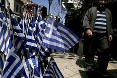 Banderas de Grecia son desplegadas en un tienda en el centro de Atenas, 17 de abril de 2015.  La agencia Moody's redujo el jueves la calificación crediticia de Grecia aún más dentro de la categoría basura, debido a la incertidumbre sobre si el endeudado país podrá alcanzar a tiempo un acuerdo con sus prestamistas internacionales para cumplir con próximos vencimientos de deuda.REUTERS/Alkis Konstantinidis