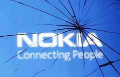 Логотип Nokia сквозь треснувшее стекло в Зенице 23 января 2014 года. Готовящаяся к покупке конкурента Alcatel-Lucent финская Nokia в первом квартале получила прибыль в подразделении, занимающемся телекоммуникационным оборудованием, оказавшуюся хуже прогнозов рынка. REUTERS/Dado Ruvic