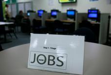 Les inscriptions hebdomadaires au chômage aux Etats-Unis sont tombées la semaine dernière à leur plus bas niveau depuis 2000, ce qui donne à penser que la faiblesse marquée et inattendue des créations d'emplois en mars relève de l'accident. /Photo d'archives/REUTERS/Robert Galbraith