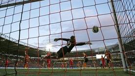 """Игрок """"Халла"""" Майкл Доусон забивает гол в ворота """"Ливерпуля"""" в матче чемпионата Англии. 28 апреля 2015 года. Action Images via Reuters / Lee Smith"""