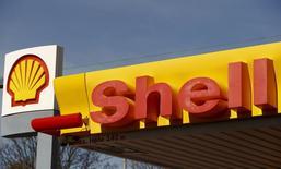 Una gasolinera de Shell en Zúrich, abr 8 2015. Royal Dutch Shell reportó el jueves una caída menor a la esperada de un 56 por ciento en su ganancia neta del primer trimestre, luego de que las utilidades procedentes del refino y la comercialización compensaron por un declive en los beneficios de la producción de crudo y gas.  REUTERS/Arnd Wiegmann