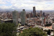 Vista general del Bogotá, abr 7 2015. El desempleo en Colombia disminuyó en marzo a su menor nivel en los últimos 15 años para ese mes, por un aumento del número de empleados en el sector de la construcción, en actividades inmobiliarias y en la industria manufacturera, informó el jueves el Gobierno.  REUTERS/Jose Miguel Gomez