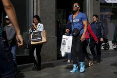 Dans un quartier commerçant de Madrid. Le gouvernement espagnol a revu à la hausse ses prévisions de croissance pour 2015 et 2016 et prévoit une baisse marquée du taux de chômage au cours des trois ans à venir. /Photo prise le 17 avril 2015/REUTERS/Susana Vera