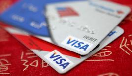 Le bénéfice trimestriel de Visa, le premier émetteur mondial de cartes de crédit et de débit, a légèrement baissé en raison du dollar fort et de la baisse des prix de l'essence qui ont freiné la croissance de son chiffre d'affaires.  /Photo d'archives/REUTERS/Jason Reed