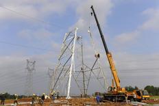 En la foto, se erige una torre eléctrica en Chuzhou en la provincia de Anhui el 1 de mayo de 2015. La actividad manufacturera en China tuvo problemas para crecer en abril debido a que la demanda doméstica y de exportaciones siguió siendo débil, lo que refuerza las expectativas de que Pekín aplicará más medidas de estímulo para apoyar a una economía en desaceleración. REUTERS/Stringer