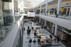 El centro comercial Roosevelt Field en Garden City, EEUU, feb 22 2015. La confianza del consumidor en Estados Unidos subió en abril frente a marzo y alcanzó su nivel más alto desde enero, mostró un informe publicado el viernes, aunque la lectura fue menor a la esperada por analistas.   REUTERS/Shannon Stapleton