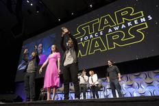 """Las grandes cadenas minoristas y las tiendas de Disney de todo el mundo comenzarán a vender los primeros productos de """"Star Wars"""" relacionados con la próxima película de la saga, """"La Guerra de las Galaxias: El Despertar de la Fuerza"""", durante un evento que empezará tras la medianoche del 4 de septiembre. En la imagen de archivo, los miembros del reparto de Star Wars: La fuerza del despertar (de izquiera de derecha) Oscar Isaac, Daisy Ridley, John Boyega, writer, el director y productor J.J. Abrams y  el productor Kathleen Kennedy son vistos durante el comienzo de la Convención de Star Wars, en Anaheim, California, el 16 de abril de 2015. REUTERS/David McNew"""