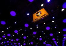"""Renault est l'une des valeurs à suivre lundi à la Bourse de Paris. Contre l'avis du PDG Carlos Ghosn et son conseil d'administration, les actionnaires, menés par le plus important d'entre eux, l'Etat, ont rejeté jeudi une résolution instaurant le principe """"une action, une voix"""". /Photo d'archives/REUTERS/Yves Herman"""