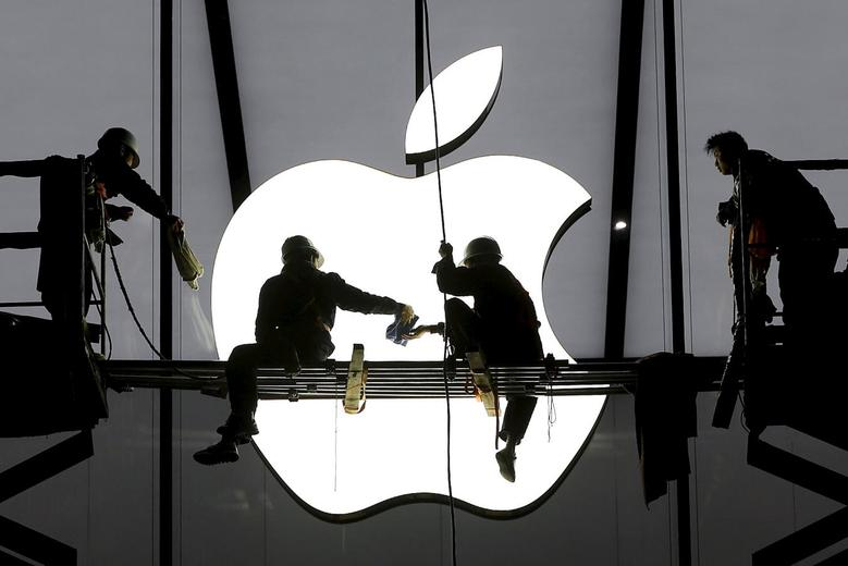Workers prepare for the opening of an Apple store in Hangzhou, Zhejiang province in this January 23, 2015 file photo. REUTERS/Chance Chan/Files